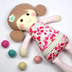 Kislány Baba,  Játékbaba, Textilbaba, Rongybaba, Textil Játék- Rózsaszín Kék Virágos Bella, Gyerek & játék, Játék, Baba játék, Baba, babaház, Plüssállat, rongyjáték, Újrahasznosított alapanyagból készült termékek, Varrás, Bella baba 100% termeszetes eredetű alapanyagokból készült. \n\nEz a szépséges kislány  baba kedves ba..., Meska