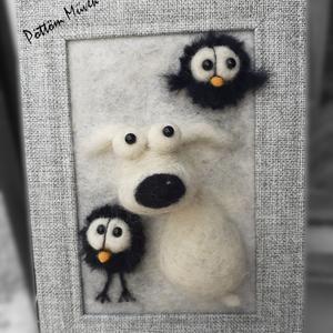 Gyapjúkép egy mókás kutyáról, Gyerek & játék, Gyerekszoba, Baba falikép, Otthon & lakás, Dekoráció, Kép, Lakberendezés, Falikép, Nemezelés, A képen egy gülüszemű kutyus és két borzas madárka látható, amiket gyapjúból készítettem, tűnemezelé..., Meska