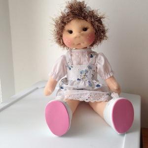 Zsuzsi baba, Gyerek & játék, Játék, Baba, babaház, 42 cm magas baba. A teste rugalmas szövet, töltve kártolt műszállal van a feje lycra anyag. A haját ..., Meska