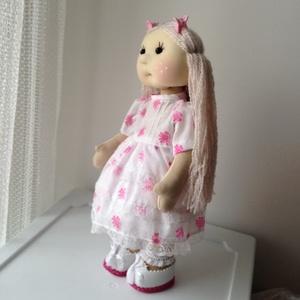 Rita baba, Gyerek & játék, Játék, Baba játék, Plüssállat, rongyjáték, 34 cm magas baba. A haja ritka fogú fésűvel fésülhető, fonható. A teste vastag rugalmas jersey anyag..., Meska