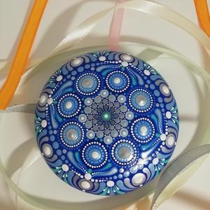 Kék-ezüst mandalakő, Otthon & lakás, Dekoráció, Lakberendezés, Asztaldísz, Festett tárgyak, Festészet, Ez a mandalakő hobbibetonból készült, laposgömb alakú, 8 cm átmérőjű és egyedi  mandala mintával ren..., Meska