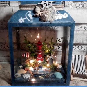 tengerészes világítós lámpás, Gyerek & játék, Gyerekszoba, Lakberendezés, Otthon & lakás, Lámpa, Festett tárgyak, Virágkötés, Mérete: 26 x 14 x 10 cm. plusz 5 cm. a fogantyúja! Oldalai üvegesek. Világítását 10 db. ledes fényfü..., Meska