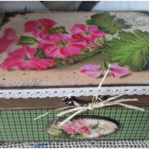 rózsaszín virágok - nosztalgia doboz, Otthon & lakás, Lakberendezés, Tárolóeszköz, Doboz, Decoupage, transzfer és szalvétatechnika, Festett tárgyak, A doboz alapanyag  fa. Mérete: 21 x 16  x 8 cm. Több soron lakkozott, nedves ruhával portalanítható...., Meska