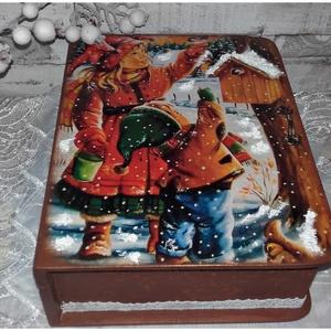 madarak etetése  télen - karácsonyi könyvdoboz, Otthon & Lakás, Díszdoboz, Dekoráció, könyvdoboz alapanyaga fa, mérete 24 x 20 x 7,5 cm. Több soron lakkozott, nedves ruhával portalanítha..., Meska