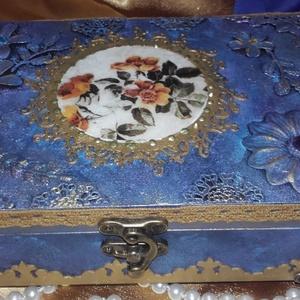 kék , romantikus különleges doboz, Otthon & lakás, Dekoráció, Dísz, Lakberendezés, Tárolóeszköz, Doboz, Festett tárgyak, Decoupage, transzfer és szalvétatechnika, A doboz alapanyaga fa, mérete: 20 x 17 x 6 cm. Fémlábakon áll, különlegességét az üveglakk adja...., Meska