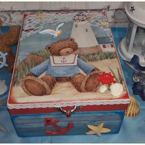 Macis tengerészes doboz gyerekeknek, Gyerek & játék, Játék, Otthon & lakás, Dekoráció, Lakberendezés, Tárolóeszköz, Doboz, Decoupage, transzfer és szalvétatechnika, Festett tárgyak, A doboz alapanyag fa. Mérete: 21 x 16 x 8 cm. Több soron lakkozott, nedves ruhával portalanítható. I..., Meska