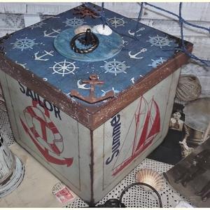 tengerészes doboz, Otthon & lakás, Dekoráció, Ünnepi dekoráció, Lakberendezés, Tárolóeszköz, Doboz, Decoupage, transzfer és szalvétatechnika, Festett tárgyak, Alapanyaga fa, több soron lakkozott. Mérete 20 x 20 x 18 cm., Meska