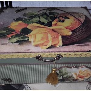 sárga rózsás nosztalgia doboz, Esküvő, Otthon & lakás, Dekoráció, Lakberendezés, Tárolóeszköz, Doboz, Decoupage, transzfer és szalvétatechnika, Festett tárgyak, A doboz alapanyag fa. Mérete: 21 x 16 x 8 cm. Fém lábakon áll. Több soron lakkozott, nedves ruhával ..., Meska