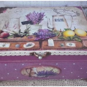 levendulás pöttyös doboz, Otthon & lakás, Lakberendezés, Tárolóeszköz, Doboz, Decoupage, transzfer és szalvétatechnika, Festett tárgyak, A doboz alapanyaga :fa, mérete : 21 x 16 x 8 cm. Tartósága érdekében több  soron lakkozott. Fém lába..., Meska