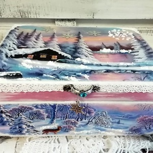 jeges hajnal - karácsonyi nosztalgia doboz, Otthon & Lakás, Karácsony & Mikulás, Karácsonyi dekoráció, Decoupage, transzfer és szalvétatechnika, Festett tárgyak, Alapanyaga: fa, Mérete: 21 x 16 x 8 cm. Fém lábakon áll, fogantyúját euüst színű jégvirág díszíti. 3..., Meska