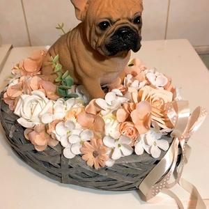 Ülő francia bulldogos asztaldísz, Otthon & Lakás, Dekoráció, Asztaldísz, Virágkötés, Az asztaldísz hosszúsága: 30 cm, szélessége: 20 cm és magassága: 28 cm. A kutya és a kosár nem saját..., Meska