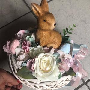 Húsvéti asztaldísz, Otthon & Lakás, Dekoráció, Asztaldísz, Virágkötés, Húsvéti asztaldísz nyuszival. A kosár átmérője 20 cm-es. , Meska