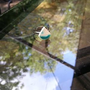 Balaton gyűrű zöld, Ékszer, Gyűrű, Kerámia, Nekem a Balaton a Riviéra...:)\n\nA 1cm x1cm-es kis türkíz zöld kerámia gyűrű garantáltan a nyaralást ..., Meska