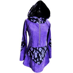 Lila kenguruzsebes felső, Táska, Divat & Szépség, Női ruha, Ruha, divat, Póló, felsőrész, Ruha, Varrás, Fekete lila mintás kötött anyaggal kombinált lila plüss felső, elől egy lila zippzár található, amel..., Meska