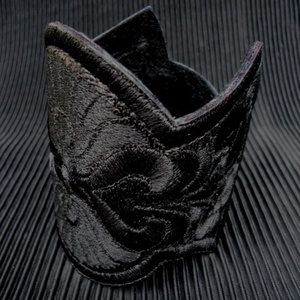 Hímzett magyar népi motívumos karkötő, Ékszer, Széles karkötő, Karkötő, Fekete bőr alapon fekete hímzés,ívelt formaalakítás,fekete bőr bélés,patent záródás.Csuklóméret: Vál..., Meska