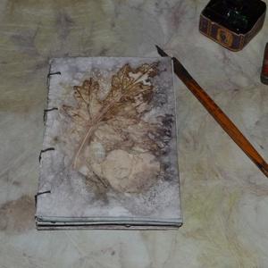 Eco print jegyzetfüzet, notebook, napló, Jegyzetfüzet & Napló, Papír írószer, Otthon & Lakás, Papírművészet, A papír mintázatát ecoprint technikával készítettem. Az ecoprint, vagyis a növényekkel való nyomatké..., Meska