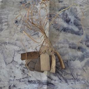 kísérő címke, ecoprint technikával készített , Képzőművészet, Otthon & lakás, Naptár, képeslap, album, Ajándékkísérő, Újrahasznosított alapanyagból készült termékek, Papírművészet, A papír mintázatát ecoprint technikával készítettem. Az ecoprint, vagyis a növényekkel való nyomatké..., Meska
