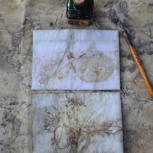 Eco print technikával készült boríték + levelezőlap , Képeslap & Levélpapír, Papír írószer, Otthon & Lakás, Papírművészet, A papír mintázatát ecoprint technikával készítettem. Az ecoprint, vagyis a növényekkel való nyomatké..., Meska
