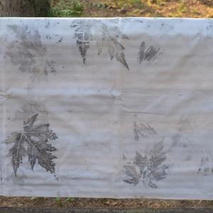 Eco print technikával készült párnahuzat, Lakberendezés, Otthon & lakás, Lakástextil, Párna, Patchwork, foltvarrás, A vászon mintázatát ecoprint technikával készítettem. Az ecoprint, vagyis a növényekkel való nyomatk..., Meska