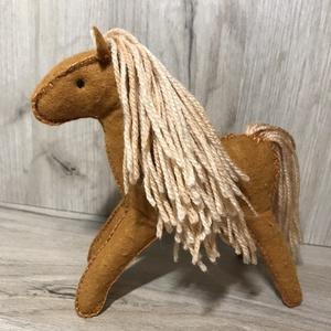 Filc Paripa - Ló játék Lovacska, Ló, Plüssállat & Játékfigura, Játék & Gyerek, Népi játék és hangszerkészítés, Varrás, Filcből készült Táltos Paripa!\nRemek helyettesítője a műanyag állatkáknak!\nA lábaiban drótszál van h..., Meska