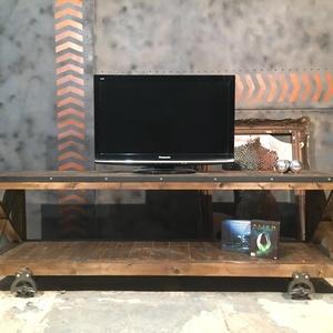 TV állvány ALINTA, Otthon & lakás, Bútor, Lakberendezés, Tárolóeszköz, Polc, Famegmunkálás, Fémmegmunkálás, Eladó tömör fából készült TV állvány.\n\nMéretei:180x50x63 centiméter\n\nA képen látható dekoráció nem k..., Meska