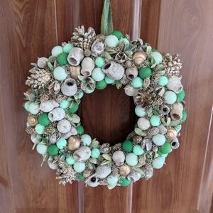 Smaragd kopogtató, Otthon & Lakás, Dekoráció, Ajtódísz & Kopogtató, Mindenmás, Virágkötés, Unod már a karácsonyt? Meg igazából a telet is? Mégis kicsit korainak találod a tavaszvárást? Akkor ..., Meska