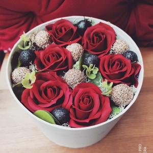 Rózsabox, Otthon & Lakás, Dekoráció, Csokor & Virágdísz, Virágkötés, Mindenmás, Kifejeznéd az érzéseidet de nem tudod hogyan? Ez a csodás rózsadoboz csillogó, fekete és arany gömbö..., Meska