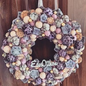 Lila január, Otthon & Lakás, Dekoráció, Ajtódísz & Kopogtató, Virágkötés, Mindenmás, Bézs és lila színű kopogtató. Játékos textilgolyókkal a tavaszra várva teszi különlegessé a hazatéré..., Meska