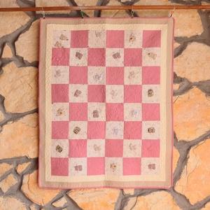 Rózsaszín Cica Takaró (Patchwork és Tűzés), Takaró, Lakástextil, Otthon & Lakás, Varrás, Ennek a takarónak a színei és mintája igazán bájos és megnyugtató. Az anyagon lévő elbűvölő cicák bá..., Meska