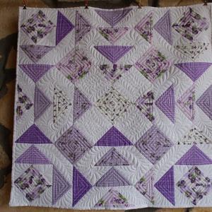 Provence-i Háromszögek Terítő (Patchwork és Tűzés), Otthon & lakás, Lakberendezés, Lakástextil, Terítő, Varrás, A levendula színei jelennek meg ezen a terítőn, sok-sok háromszög alkotja a vibráló mintát, amelyet ..., Meska