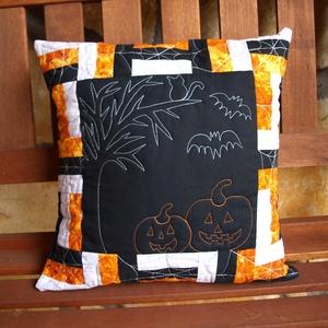 Halloweeni Éjszaka Párna huzatok (Patchwork és Tűzés), Otthon & Lakás, Lakástextil, Párna & Párnahuzat, Varrás, Ez a párna a fekete, szürke és narancssárga színek játéka. Ezt a harmóniát az anyagválasztás és a tű..., Meska