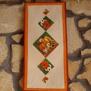 Őszi Képkockák Terítő (Patchwork és Tűzés), Otthon & Lakás, Konyhafelszerelés, Terítő, Varrás, Hosszúkás formájú terítő, amely a színes, őszi motívumos képkockáinak köszönhetően igazán dekoratív...., Meska