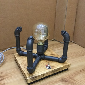 """001 - Cross - asztali lámpa, Otthon & lakás, Lakberendezés, Lámpa, Asztali lámpa, Fémmegmunkálás, Famegmunkálás, Vízcső idomokból és tölgyfából készült asztali lámpa.\nA talp tölgyfából készült mely kicsi """"pörzsölé..., Meska"""