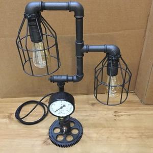 002 – Double - asztali lámpa, Otthon & lakás, Lakberendezés, Lámpa, Asztali lámpa, Fémmegmunkálás, Vízcső idomokból fogaskerék talpból készült asztali lámpa nyomásmérővel – 2 izzós.\nA csövek, idomok ..., Meska