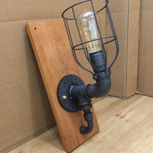 004 – Wallcog - fali lámpa, Otthon & lakás, Lakberendezés, Lámpa, Fali-, mennyezeti lámpa, Famegmunkálás, Fémmegmunkálás, Vízcső idomokból, mahagóni fából készült fali lámpa fogaskerék talppal.\nA talp mahagóni fából (Khaya..., Meska