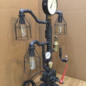 """008 – Pumper - asztali / álló lámpa, Otthon & lakás, Lakberendezés, Lámpa, Állólámpa, Asztali lámpa, Fémmegmunkálás, Vízcső idomokból fogaskerék talpból készült """"asztali"""" lámpa nagyméretű nyomásmérővel – 3 izzós\nA csö..., Meska"""