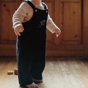 Egyedi, kantáros nadrág hímzéssel ellátva, Gyerek & játék, Baba-mama kellék, Táska, Divat & Szépség, Ruha, divat, Gyerekruha, Baba (0-1év), Gyerek (1-10 év), Varrás, Hímzés, Egyedi, kézzel készített, minőségi anyagokból előállított zsebes kantáros nadrágok, hímzett mintával..., Meska
