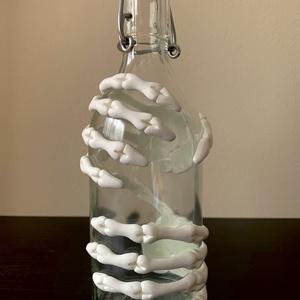 Csatos üveg csontvázzal, Otthon & Lakás, Konyhafelszerelés, Üveg & Kancsó, Gyurma, 0,5 dl-es csatos üveg amit egy süthető gyurmából készített csontváz kéz díszít. Az üveg és a díszíté..., Meska