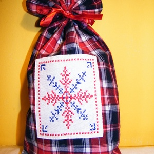 Ajándéktasak hópehely mintával, Otthon & Lakás, Karácsony & Mikulás, Karácsonyi csomagolás, Hímzés, Varrás, A csomagolás is lehet ajándék! Piros és kék kockás flanel anyagból varrt, keresztszemes hímzéssel dí..., Meska