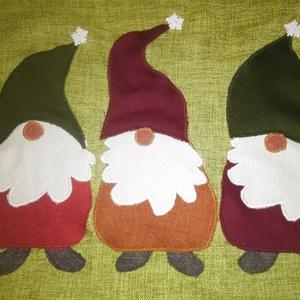 """Párnahuzat karácsonyi manókkal, Karácsonyi dekoráció, Karácsony & Mikulás, Otthon & Lakás, Varrás, Applikációval díszített párnahuzat a karácsony színeiben. Mérete: 40*40 cm. A manók \""""magassága\"""" 21 c..., Meska"""