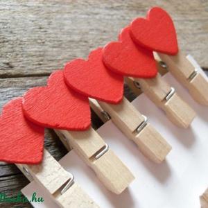 Dekorációs szív mintás facsipesz - Piros , Dekorációs kellékek, Figurák, Mindenmás, 10 db piros dekorcsipesz  Méret: kb 4 cm  Ideális ajándékokra, levelekre, csomagolásra.     A posta..., Alkotók boltja