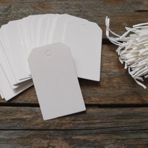 Fehér  mini vágott sarkú papírcédula biléta varrásokhoz- 50db, Papír, Dekorációs papír, Fehér papírcédula fehér madzaggal  50db/cs, madzaggal  Méret: 4 x 3cm  Anyaga: 350g/m2 papír, kitűnő..., Meska