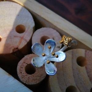 ezüst gyűrű virágos,méhecskés, Ékszer, Gyűrű, Figurális gyűrű, Ékszerkészítés, Ezüst gyűrű.fa erezetes mintájú állítható sín rész.Virágos fej,kis méhecskével.A bibék és a méh aran..., Meska