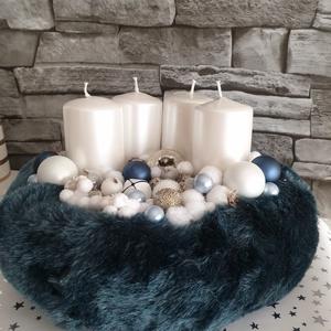 Kék elegancia, Otthon & lakás, Dekoráció, Ünnepi dekoráció, Karácsony, Karácsonyi dekoráció, Mindenmás, 20cm sötét kék szőrmés alap. Fehér metál gyertyával és az elején egy meseszép szarvas dísszel. A sza..., Meska