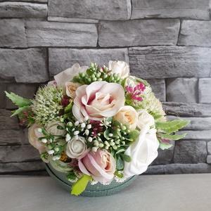 Zöld/fehér virágbox , Esküvő, Esküvői dekoráció, Otthon & lakás, Dekoráció, Ünnepi dekoráció, Anyák napja, Ballagás, Mindenmás, Kb 15cm átmérőjű menta zöld papir box, fehér pöttyökkel.  Meseszép, nagyon jó minőségű műviragokkal...., Meska