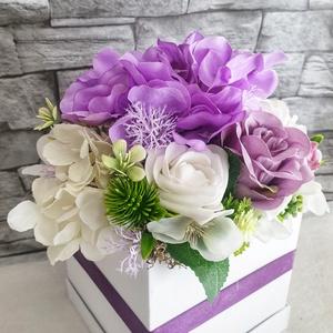 Lila virágbox , Otthon & lakás, Dekoráció, Dísz, Ünnepi dekoráció, Mindenmás, 14cm magas 13cm széles fehér kocka dobozba készült virág box. Virággal 23cm magas.\nFehér és lila szí..., Meska