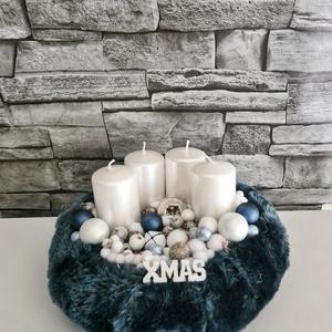 Kék szőrmés asztaldísz , Otthon & Lakás, Karácsony & Mikulás, Adventi koszorú, Mindenmás, Igazán elegáns, egyszerű adventi asztaldísz.\nKb 20cm átmérőjű koszorú alapra keszült, színe sötétkék..., Meska