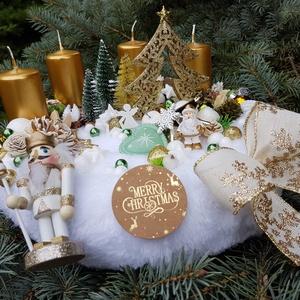 Arany/zöld adventi asztaldísz , Karácsony & Mikulás, Adventi koszorú, Mindenmás, Kb 30 cm átmérőjű, fehér szőrme koszorú. Arany gyertyával,  diótörővel, termésekkel, fenyőkkel. Zöld..., Meska