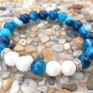 Kék sávos achát ásványkarkötő szatén fényű gyöngyökkel és strasszos köztesekkel, Ékszer, Karkötő, Ékszerkészítés, Gyöngyfűzés, gyöngyhímzés, Gyönyörűséges sávos achátból készült ez a karkötő, különlegessége, hogy minden gyöngy más, nincs két..., Meska