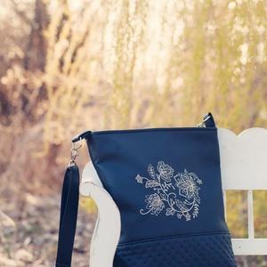 Textilbőr táska, gépi hímzéssel, Táska, Táska, Divat & Szépség, Válltáska, oldaltáska, Varrás, Hímzés, Fekete textilbőrből készült táska, gépi hímzéssel az elején. Vállon és keresztben hordható. Cipzárra..., Meska
